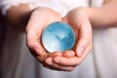 Wenden Sie Sorgfalt über Erde an Lizenzfreie Stockfotografie