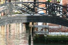 Wenecja, antyczny dokonanego żelaza most fotografia stock