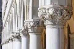 Wenecja, białe kapitałowe rzeźby doża pałac kolumnada w Włochy obraz royalty free