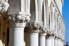 Wenecja, białe rzeźby doża pałac kolumnada obrazy stock