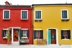 Wenecja, Burano, Włochy - osobliwie czerwieni i koloru żółtego budynek Zdjęcie Stock