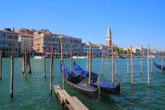 Wenecja, gondole w przedpolu Fotografia Royalty Free
