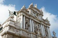 WENECJA, ITALY/EUROPE - PAŹDZIERNIK 12: Statuy na dachu Santa Zdjęcie Stock