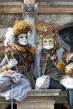 Wenecja Karnawałowi charaktery w kolorowych Karnawałowych kostiumach Wenecja i maskach brown i złocistych Zdjęcia Stock