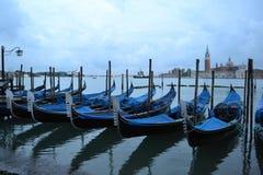 Wenecja laguny wiosny wczesny ranek przy jutrzenkowymi i błękitnymi gondolami zakotwiczał przy nadbrzeżem zdjęcie royalty free