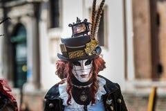 Wenecja, Luty - 6, 2016: Colourful karnawał maska przez ulic Wenecja Obraz Royalty Free