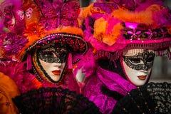 Wenecja, Luty - 6, 2016: Colourful karnawał maska przez ulic Wenecja Obrazy Stock