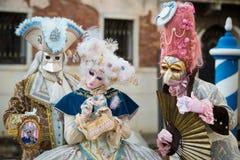Wenecja, Luty - 6, 2016: Colourful karnawał maska przez ulic Wenecja Zdjęcie Stock