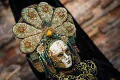 Wenecja, Luty - 6, 2016: Colourful karnawał maska przez ulic Wenecja Zdjęcia Stock