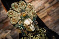 Wenecja, Luty - 6, 2016: Colourful karnawał maska przez ulic Wenecja Fotografia Stock