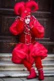 Wenecja, Luty - 6, 2016: Colourful karnawał maska przez ulic Wenecja Zdjęcie Royalty Free