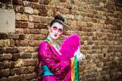 Wenecja, Luty - 6, 2016: Colourful karnawał maska przez ulic Wenecja Obrazy Royalty Free