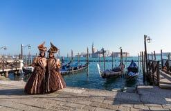 Wenecja maskuje, karnawał z gondolami i seascape tło Fotografia Royalty Free