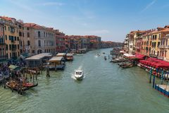 WENECJA, WŁOCHY †'MAJ 23, 2017: Wspaniały dzienny widok gondola z klasycznymi budynkami wzdłuż sławnego kanał grande w Wenecja Obraz Royalty Free