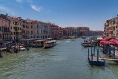 WENECJA, WŁOCHY †'MAJ 23, 2017: Wspaniały dzienny widok gondola z klasycznymi budynkami wzdłuż sławnego kanał grande w Wenecja Zdjęcia Royalty Free
