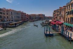 WENECJA, WŁOCHY †'MAJ 23, 2017: Wspaniały dzienny widok gondola z klasycznymi budynkami wzdłuż sławnego kanał grande w Wenecja Fotografia Royalty Free