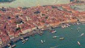 Wenecja Włochy, Czerwiec, -, 2019: Powietrzny truteń panoramy widok Wenecja piękna architektura Lot nad kanałami i dachami zbiory wideo