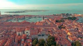 Wenecja Włochy, Czerwiec, -, 2019: Powietrzny truteń panoramy widok Wenecja piękna architektura Lot nad kanałami i dachami zdjęcie wideo