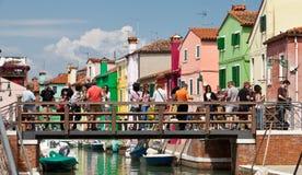 WENECJA WŁOCHY, CZERWIEC, - 28, 2013: Turyści na moscie Burano wyspa Fotografia Royalty Free