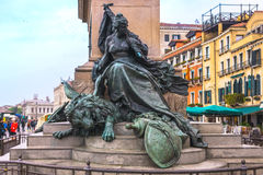 Wenecja Włochy, Kwiecień, - 27, 2017: Metal statua dziewczyna na półdupkach Obrazy Stock
