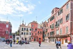 WENECJA WŁOCHY, KWIECIEŃ, - 02, 2017: Sceniczne stare ulicy w Włoskiej lagunie Obrazy Royalty Free