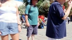 WENECJA WŁOCHY, LIPIEC, - 7, 2018: Bagażu furtian, pracownik Wenecja ` s Santa Lucia stacja kolejowa, niesie turystyczne torby zdjęcie wideo