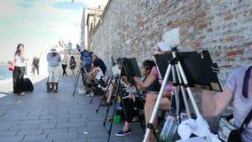 Wenecja Włochy, Lipiec, - 7, 2018: na molu Wenecja, wiele artyści, dorosły grupa, ucznie szkoła artystyczna trzymają lekcję zdjęcie wideo