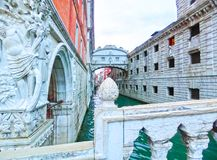 Wenecja Włochy, Maj, - 04, 2017: Narożnikowa statua dziejowy doży ` s pałac blisko venetian więzieniem, Wenecja, Włochy Obraz Royalty Free