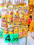 Wenecja Włochy, Maj, - 04, 2017: Sprzedawców stojaki i popularna forma - zyskowni sprzedaży tradycyjne pamiątki prezenty i Zdjęcia Stock
