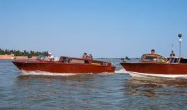 Wenecja, Włochy - 07 2018 Maj: Wodny taxi w Wenecja Wodny taxi niesie pasażerów Weneccy wodni taxi żagle Fotografia Royalty Free
