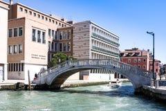 WENECJA WŁOCHY, MARZEC, - 28,2015: Venician pejzaż miejski z kanałem, mostem i domami, Włochy Zdjęcie Royalty Free