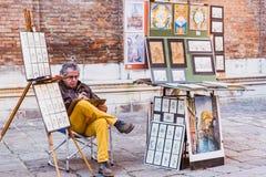 WENECJA WŁOCHY, PAŹDZIERNIK, - 27, 2016: Malarza obrazu kanwa na ulicie w Wenecja, Włochy obraz stock