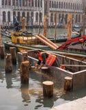 Wenecja Włochy, Październik, - 13, 2017: Nowa kuszetka dla gondoli i łodzi jest w budowie Pracownik piłuje młotkuję Fotografia Stock