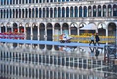 WENECJA, WŁOCHY Pusty St Mark kwadrat podczas powodzi z pięknymi wodnymi odbiciami dziejowi budynki na mokrym f obrazy royalty free