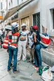 Wenecja, Włochy, 25 2012 Sierpień Grupa dama sprzedawcy uliczni, inteligencja dla klientów, stoi obok ich zdjęcia royalty free