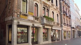 WENECJA WŁOCHY, SIERPIEŃ, - 8, 2017 Luksusowi moda sklepy lokalizować w antycznych budynkach Obraz Royalty Free