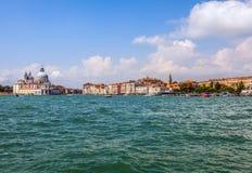 WENECJA WŁOCHY, SIERPIEŃ, - 20, 2016: Widok na pejzażu miejskim kanał grande i wyspach Wenecka laguna na Sierpień 20, 2016 w Wene Obraz Stock