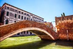 WENECJA WŁOCHY, SIERPIEŃ, - 21, 2016: Widok na uroczym moscie na kanale Wenecja na Sierpień 21 i pejzażu miejskim, 2016 w Wenecja Fotografia Stock