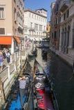 Wenecja Włochy, WRZESIEŃ, - 8, 2016 Gondoliery staczali się turystów wewnątrz obrazy stock