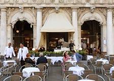 Wenecja Włochy, Czerwiec, - 07, 2017: Ludzie w kawiarni na San Marco squar Obrazy Stock