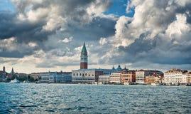Wenecja, Włochy linia horyzontu pod dramatycznymi chmurami Zdjęcia Stock