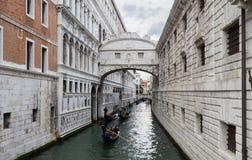 Wenecja, Włochy - 21 2015 Maj: Gondoli omijanie pod mostem Fotografia Royalty Free