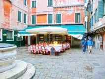 Wenecja Włochy, Maj, - 04, 2017: Ludzie na ulicie w Wenecja, Włochy Obraz Royalty Free