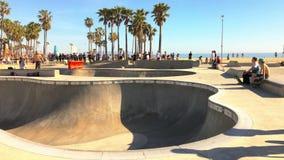 Wenecja wyrzucać na brzeg, Snata Monica, Kalifornia, usa - Marzec 29, 2017: Wenecja wyrzucać na brzeg, Snata Monica, Kalifornia,  zbiory wideo