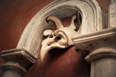 Wenecka maska na brown ścianie Fotografia Royalty Free