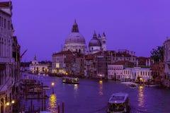 Wenecki budynek przy zmierzchu czasem z oświetleń światłami, łodziami i zadziwiającym niebem nad kanał grande, Obrazy Stock