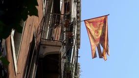 Wenecki chorągwiany falowanie w wiatrze na flagpole przy Wenecja miastem Sztandarów flattery