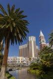Wenecki hotel przeglądać przez drzewek palmowych w Las Vegas, NV dalej Obraz Royalty Free