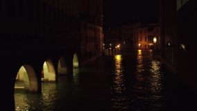 Wenecki kanał przy nocą, Włochy zbiory