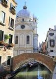 Wenecki kanał z kościół Santa Maria dei Miracoli w tle Obrazy Royalty Free